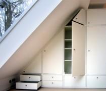 Einbauschrank in Dachschräge, weiß lackiert