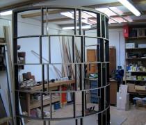 eine halbrunde Ausstellungswand entsteht in der Werkstatt